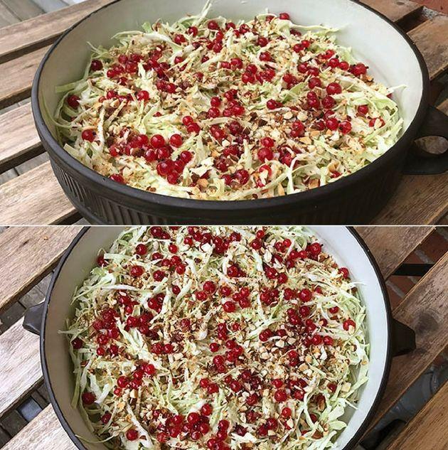 Helt forrygende spidskålssalat med mandler, ribs og mormordressing. En rigtig lækker og sommerlig salat.