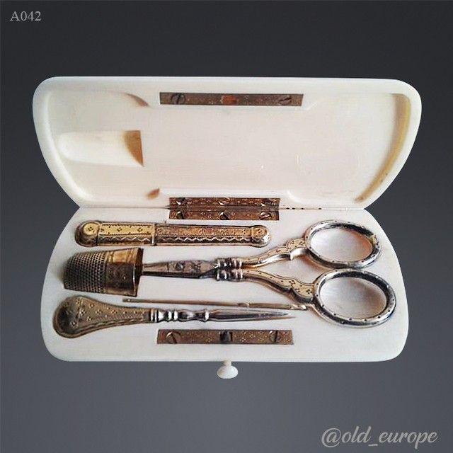 Очаровательный серебряный швейный набор XIX века в корпусе из слоновой кости! Ручки у предметов позолоченные. Полный комплект, все детали оригинальные. Размер 10,5×5,5 см. #шить #шитье #игла #ножницы #серебро #слоноваякость #подарок #барахолканапервом #красота #дом #антиквариат #винтаж #400