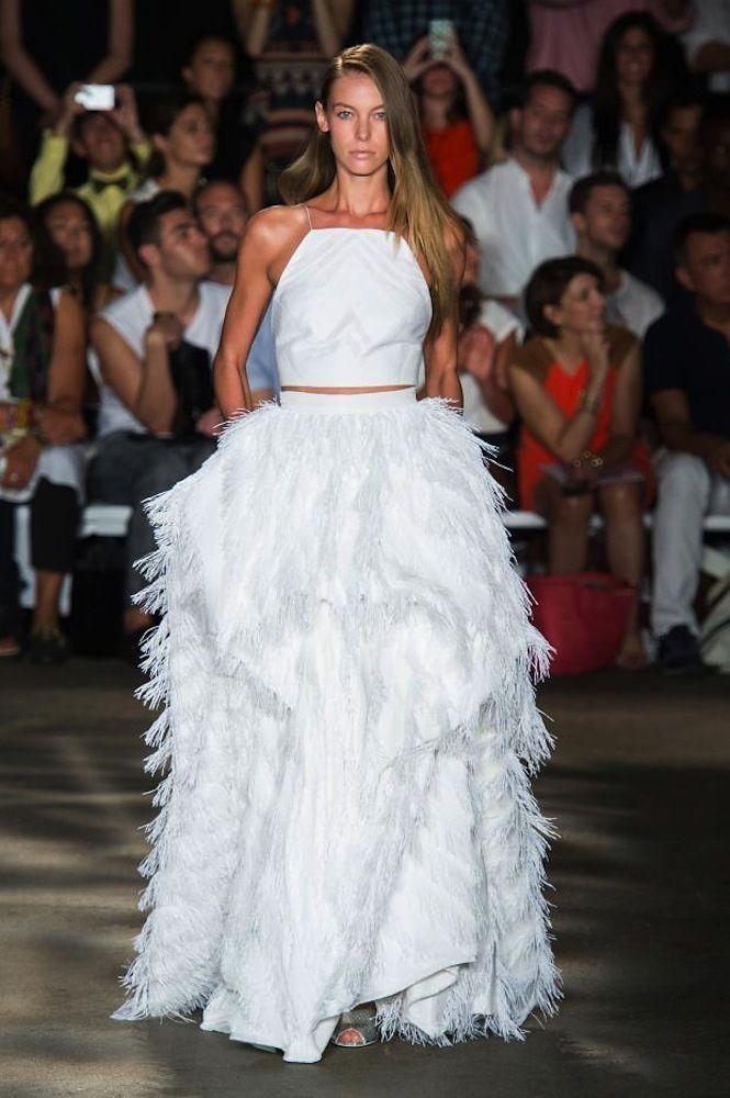 vestidos de pasarela para novias no convencionales. Christian Siriano. Falda con gran volumen con detalles de plumas y top minimal con escote halter.