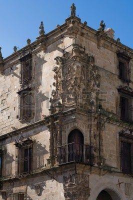 Palacio de la conquista. Sobre el balcón se erige el grandioso escudo con las armas que Carlos V le concedió a Francisco Pizarro y los bustos de Hernando Pizarro, Francisca Pizarro, Inés Huylas Yupanqui y el propio Francisco Pizarro.