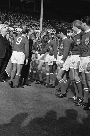 Alfredo di Stefano (# 9) apresenta Djalma Santos ao Duque de Edimburgo, Filipe (consorte da Rainha Elizabeth II), durante partida comemorativa entre a Seleção do Resto do Mundo e a Inglaterra no Estádio de Wembley, em 1963 Foto: AP