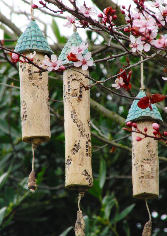 Drei große Glocken/Stäbe, die man freihängend zb. in einem Baum aufhängen sollte. Wenn es windig ist oder Vögel auf dem Zweig herumhüpfen bimmeln sie ganz zart.  Alle haben eine unterschiedliche Länge.  Länge von 20, 17 und 16 cm Durchmesser 3 cm Gewicht ca. 200, 200 und 170 gr.  Absolut einzigartig  Es ist für den Innen- und Außenbereich nutzbar.  Gerne sende ich weitere Bilder oder schau dich um auf: www.kleine-welten-aus-ton.de  Die Glöckchen geht sehr gut in Luftpolsterfolie verpackt in…