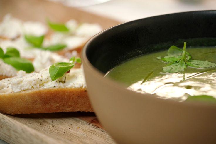 Een eenvoudige courgettesoep wordt speciaal door er toastjes met zachte geitenkaas bij te geven. Le Larry leent zich hier perfect voor.De soep wordt prachtig groen door basilicum en spinazie apart tot puree te koken en vlak voor het mixen bij de soep te doen.
