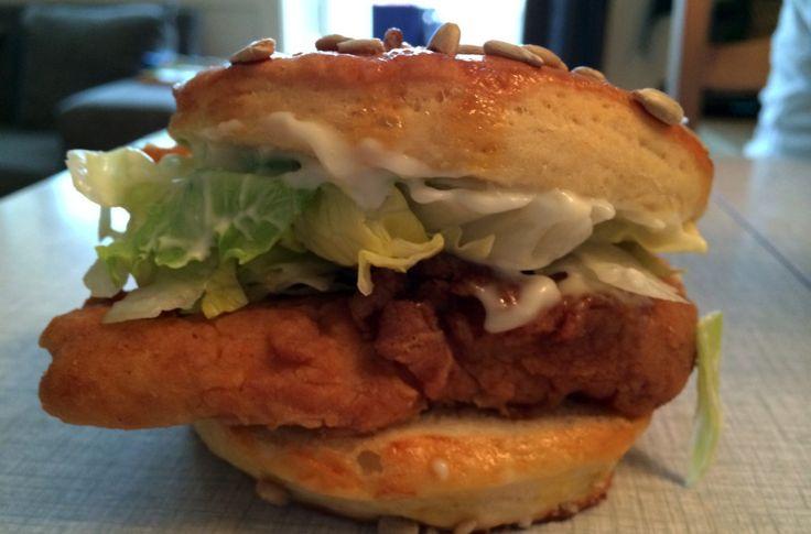 Saftig, sprø og deilig kyllingburger!