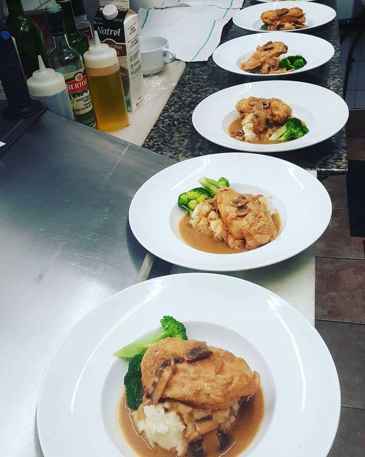 #wreats #wrasome #foodandwine #restaurantinsta #bistros #frenchfood #italianfood #feast #sauces #chefs #cook #cookingram #mashedpotatoes #marsala #mushrooms #chicken #elixirbistro