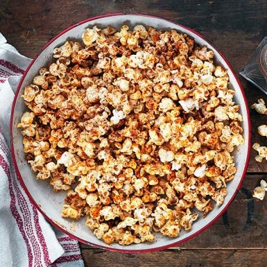 En påse mikropopcorn är tacksamt att smaksätta på olika sätt. Chilisåsen sriracha ger hett sting som tillsammans med brynt smör, kokossocker och kanel bjuder på en riktig smakexplosion i munnen. Suveränt som snacks på vilket party som helst, eller till glögg.