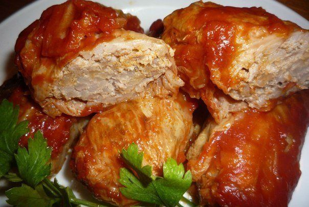 ТОП- 5 РЕЦЕПТОВ ГОЛУБЦОВ Обалденно вкусныо 😘  Голубцы – классический русский рецепт  Кто не любит голубцы в нашей стране? Наверное, не найдется ни одной семьи, в которой не готовят эти аппетитные конвертики наполненные мясным фаршем.  Ингредиенты: фарш мясной (500 грамм), лук (2 шт. для фарша и 2 шт. для подливы), рис (1-1,5 стакана), вода (1 стакан), соль, перец, кочан капусты. Соус: сметана (500 грамм), томатный соус (3-4 ложки), лук, масло растительное, морковь (1 шт) вода, перец, соль…