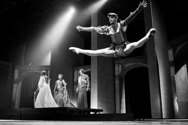 Nicolò Noto durante le prove di Romeo e Giulietta