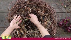 Trotz ihrer in sich geschlossenen, runden Formen wirkt diese Osternest frühlingshaft leicht. Zarte Frühlingsblüten und die lockere Verflechtung der Zweige tr...