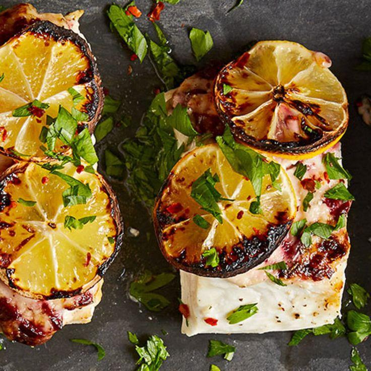 Flétan rôti au four avec citron carbonisé et trempette à l'ail, aux olives et au romarin Recette | Weight Watchers Canada