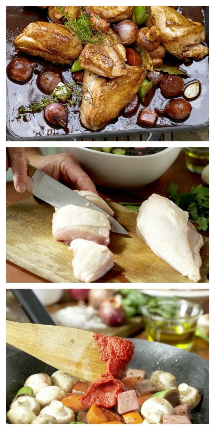 Unkompliziert und raffiniert – ein Klassiker der französischen Küche: Geschmortes Hähnchen in Rotwein mit Schalotten, Champignons und Kräutern |http://eatsmarter.de/rezepte/mariniertes-rotweinhaehnchen-smarter