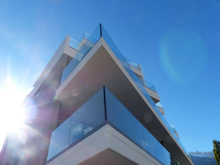 Le système de Garde-corps SABCO en aluminium est complété de capots d'habillage pour une parfaite finition du balcon & permet le drainage de l'eau