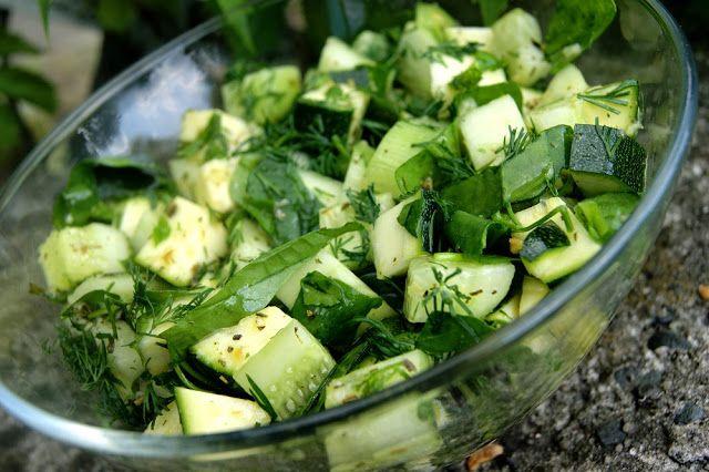 Zielona sałatka z surową cukinią