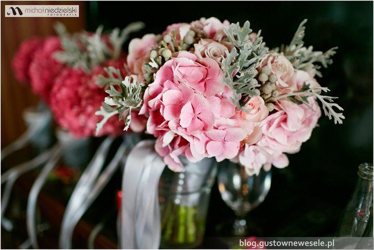 Bukiety dla Panny Młodej i druhen na fuksjowe wesele na zamku | Bouquets for the Bride and Bridesmaids at the fuchsia wedding at the castle | Gustowne Wesele | Chic Wedding Poland