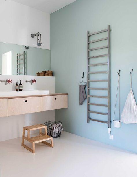 badkamer in kleur zeegroen   bathroom green sea   vtwonen 01-2017   Fotografie Louis Lemaire/insidehomepage.com   Tekst Merel van der Lande