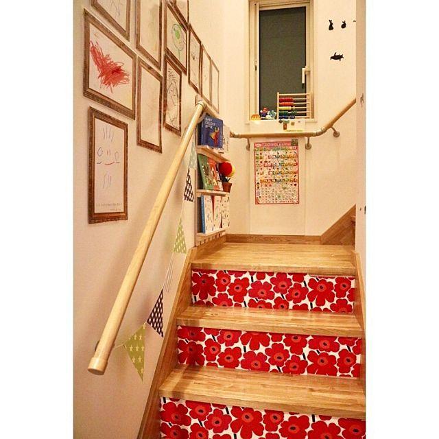 女性で、3LDKのIKEA/セリア/100均リメイク/すのこ棚DIY/すのこリメイク/ペイントリメイク…などについてのインテリア実例を紹介。「リビング階段のキッズスペースです(*^▽^*)  ここでは壁には息子の描いた絵をラミネートして貼っています! そして、反対側の壁は息子が好きなウォールステッカーを貼ってもいいよ〜という場所にしています♡  そして階段の蹴込み部分にマリメッコの壁紙をマステと両面テープで貼りリメイクしました(o^^o) 階段の踊り場はスノコを使って絵本棚をDIYしました!階段の手すりに挟んで、巾木の上に乗せる形にして前面に倒れないようにしています(^o^) こうする事で階段を掃除する際も邪魔にならずに済みます!そして正面はマグネットボードを手すりに挟んでまた巾木の上に! ここにはセリアのお風呂用のあいうえお表をラミネートしたものを作り、マグネットにあいうえおのシールを貼って組み合わせ、ひらがなの勉強を出来るようにしました! その後数字やアルファベットも追加で作りました。  このスペースを作ったのが息子の入園前だ...