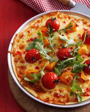 Pizza met tomaat, pompoen en rucola