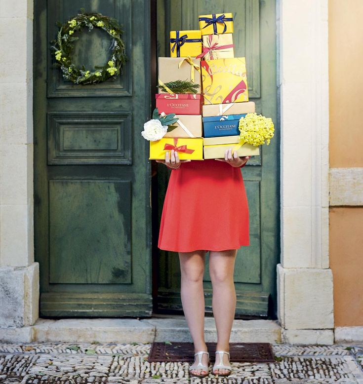 Nel 2016 L'OCCITANE presenta delle collezioni avvolte da nastri, per un Natale dai colori mediterranei. L'oro del logo è brillante, copre elegantemente le confezioni colorate che attendono solo di essere regalate. Una dolce festa anima le composizioni del 2016, e caratterizza le case della
