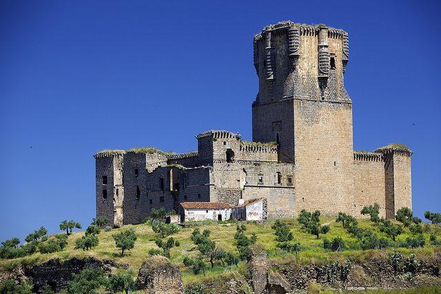 CASTLES OF SPAIN - Castillo de Belalcázar (Córdoba). Su construcción fue iniciada en la segunda mitad del siglo XV con el objeto de convertirse en la residencia de los condes de Belalcázar (Gutierre de Sotomayor), señores feudales del territorio y grandes magnates de aquella época. (Juan II otorgó estas tierras a Gutierre de Sotomayor, Maestre de la Orden de Alcántara, permitiéndole construir el castillo).