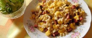 Těstoviny se salámem a smaženými vajíčky
