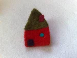 καρφίτσα κόκκινο σπίτι .... kniddle felted pin