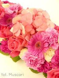 róże, hortensje, goździki i dalie w dekoracji stołu pary młodej