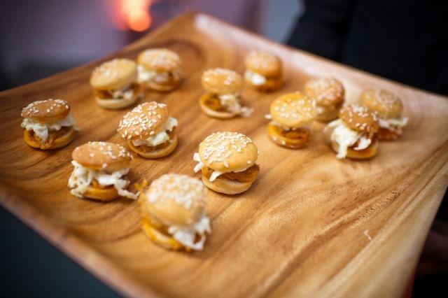 Mini food is hot! Deze hamburgers zijn perfect om te serveren tijdens de receptie of tijdens je feest op je bruiloft