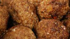 1. Rör ihop gräddmjölken, ströbrödet, ägg och vatten till en lös smet. Låt dra i ca 10 minuter.2. Skala lökarna, riv en av lökarna på ett rivjärn, finhacka och stek den andra gyllenbrun.3. Mosa sönder den kokta potatisen med en gaffel.4. Blanda ihop alla ingredienser till en smidig smet, smaka …