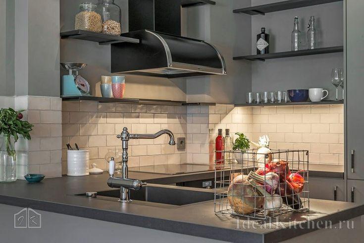 серая кухня с мойкой на полуострове в стиле минимализм