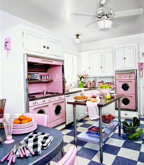 Jurnal de design interior - Amenajări interioare : Bucătărie retro cu accente pastelate de roz