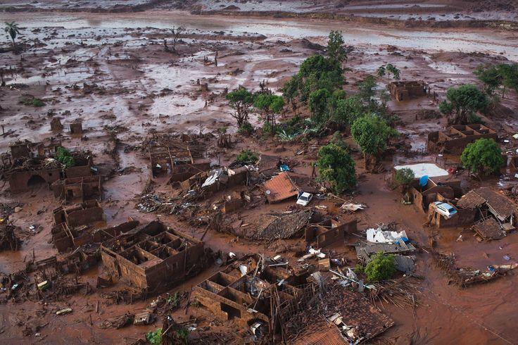 Il villaggio di Bento Rodrigues a Mariana in Brasile travolto dal fango a seguito del cedimento di due barriere per il contenimento dei residui di una miniera di ferro. A rischio altre due dighe (AP Photo/Felipe Dana)