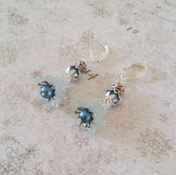 Blauwe bloem oorbellen Licht blauwe lucite door HoneyBeads1Official