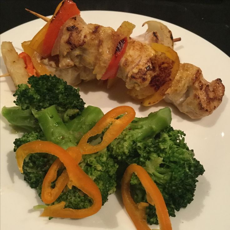 Kipsaté met ananas en paprika met gewokte broccoli met sesamzaadjes,sesamolie, en afgewerkt met seroendeng . De kip werd gekruid met kippenkruiden en opgebakken in de pan om dan 10 min in een voorverwarmde oven van 250 gr verder te garen. De broccoliroosjes werden eerst gestoomd om dan opgebakken te worden. Smakelijk.