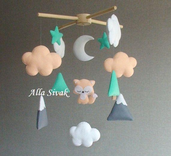 Il s'agit d'un mignon renard woodland chambre de bébé mobile. Il est parfait pour décorer la nature inspiré chambre de bebe bois et il est adapté pour la crèche de genre neutre.  Il est parfait pour les nouveaux nés cadeau, cadeau et pépinière décoration de salle de douche. Entièrement cousu à la main.  Il dispose d'un 1 renard, entouré de nuages et les étoiles et les montagnes. Les nuages et les étoiles blanches de couleur vert et. Tous les détails sont fait à la main avec feutre, rempli de…