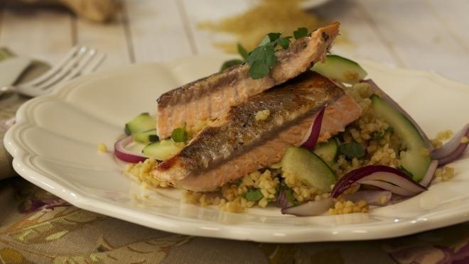 Salada de bulgur e pepino com salmão - Prato do Dia 2 | 24Kitchen