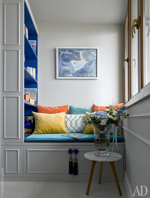 Книжный стеллаж и лавка изготовлены на заказ по эскизам дизайнера.