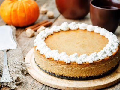 Pastel de Queso y Calabaza de Castilla con Caramelo | Este cheesecake de calabaza de castilla lleva una cobertura de queso crema y crema batida encima con rayas de caramelo encima. Toda una delicia de otoño.