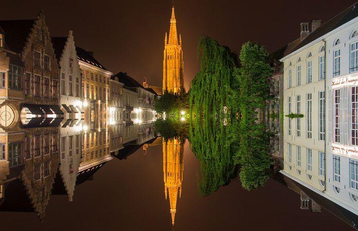 #BELGIO = #Bruges è un gioiello medievale con le sue case dai tetti aguzzi e le chiese che si affacciano sui canali. www.cocoontravel.uk #curiosity