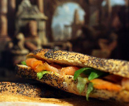 Riunioni - Mignon Lolà:  Baguette mignon al papavero, Salmone Norvegese affumicato, Caprino al finocchietto selvatico, salsa di Miele e Senape