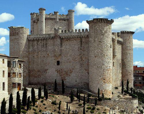 CASTLES OF SPAIN - Castillo de Torija, fortaleza situada en la provincia de Guadalajara. Su fundación se debe a los  templarios. Sirvió de atalaya defensiva en las Reconquista, siendo tomado por los navarros en el siglo XV. Lo reconquistó el marqués de Santillana para Castilla. Durante la Guerra de la Independencia fue volado por orden de el Empecinado para evitar que lo ocuparan los franceses. Durante la guerra civil sufrió también cuantiosos destrozos, siendo restaurado en los años 1960.