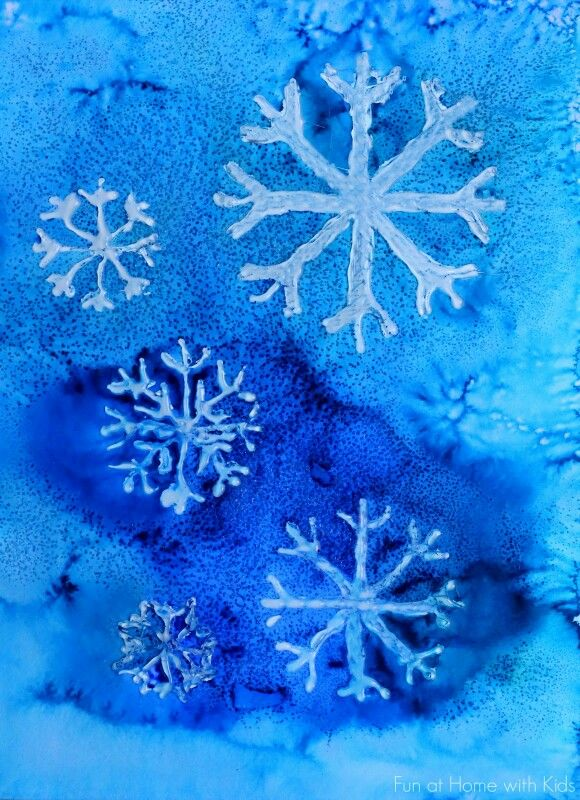 Sneeuwkristallen van waterverf en lijm met zout