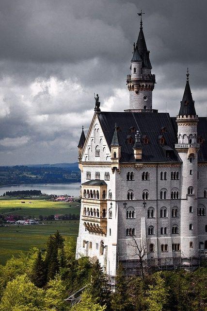 Castillo de Neuschwanstein es un palacio del renacimiento románico del siglo 19 en una escarpada colina sobre el pueblo de Hohenschwangau cerca de Füssen en el suroeste de Baviera, Alemania. El palacio fue encargado por Luis II de Baviera como un refugio y como un homenaje a Richard Wagner.
