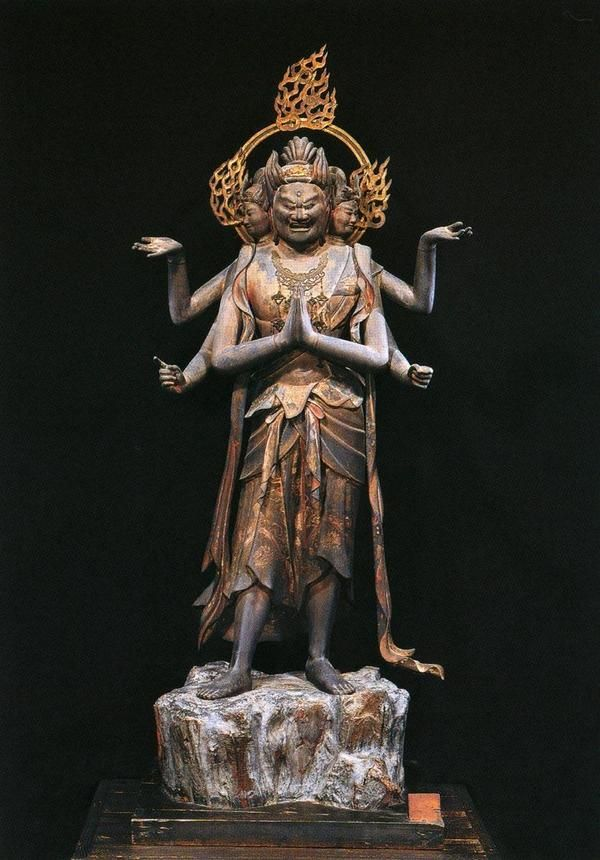 阿修羅王(あしゅらおう)像 国宝・三十三間堂 観音二十八部衆  古代インドの魔神アスラ。元は古代ペルシアの最高神アフラ・マズダー。165cm。八部衆の一人で戦闘神。帝釈天と常に闘い、負ける。三面三目六臂。正面の顔は忿怒の表情を浮かべる。