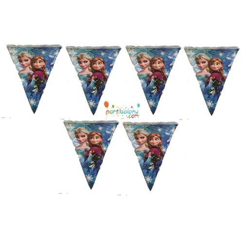 Frozen Flama Elsa Flama Ürün ÖzellikleriÜrün Paketinde açıldığında 10 Adet Frozen Bayrak bulunur.Kağıt Karlar Ülkesi Flama Kaliteli baskı ve parlak renklidir.Frozen temalı flamaların boyutu 2.3 m uzunluğunda olup, birbirine bağlı şekilde gönderilir.Doğum Günü Partilerinde perdeye, masaya veya duvara