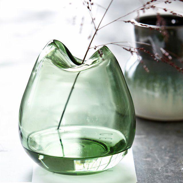 Un vase vert forêt en verre soufflé au design atypique, comme si les bords avaient fondu, House Doctor