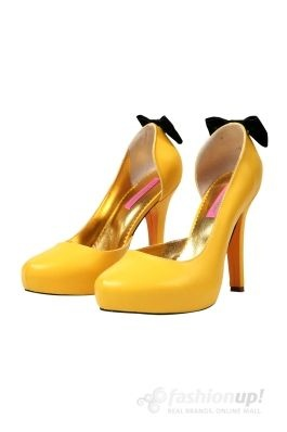 Pantofi cu toc de 11 cm si platforma de 2 cm,realizati din piele naturala galben puterni accesorizati la spate cu o fundita din velur negru,sunt perfecti pentru un eveniment deosebit sau o seara in oras. Poarta-i cu o rochie chic si o esarfa asortata!Colectia: In BloomDimensiuni: Toc: 11 cmPlatforma: 2 cm