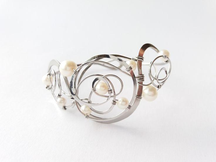 """Náramek+MR37P+""""Poezie+bílých+perel""""+Autorský+šperk.Originál,+který+existuje+pouze+vjednom+jediném+exempláři.Vyniká+svou+lehkostí,+kouzelným+prostorovým+tvarem,+elegancí+čistých+linií,+nadčasovým+designem+a+jemně+laděnou+barevností+výběrových+perel.Nevšední+řešení+s+perlami+poutá+pozornost,+ale+není+okázalé,+díky+čemuž+se+tento+šperk+hodí+ke+každé+i..."""