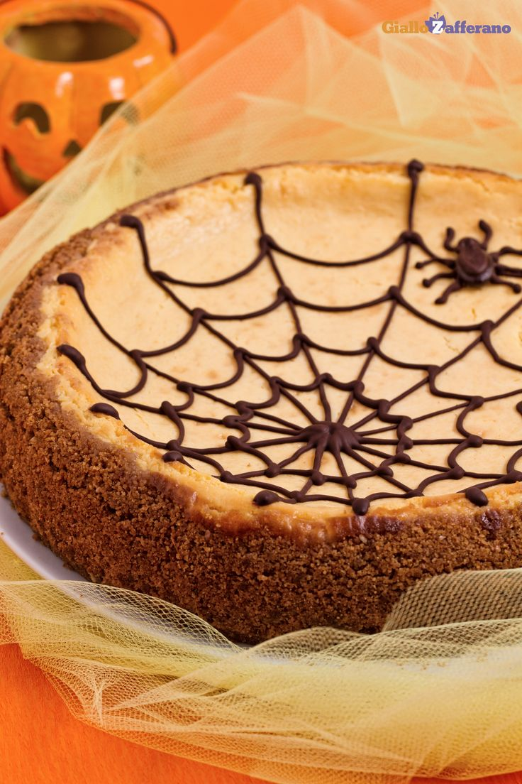 La #CHEESECAKE ALLA #ZUCCA CON RAGNATELA (pumpkin cheesecake with spiderweb) è una rivisitazione della classica torta americana per #halloween. #ricetta #GialloZafferano