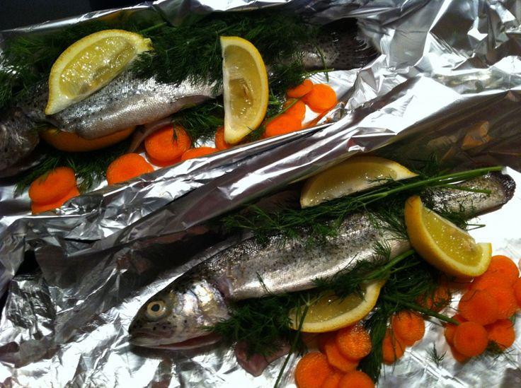 Met dit recept van een forel pakketje uit de oven kan je scoren. Iedereen krijgt zijn eigen pakketje met vers gestoomde groenten en een heerlijk visje.