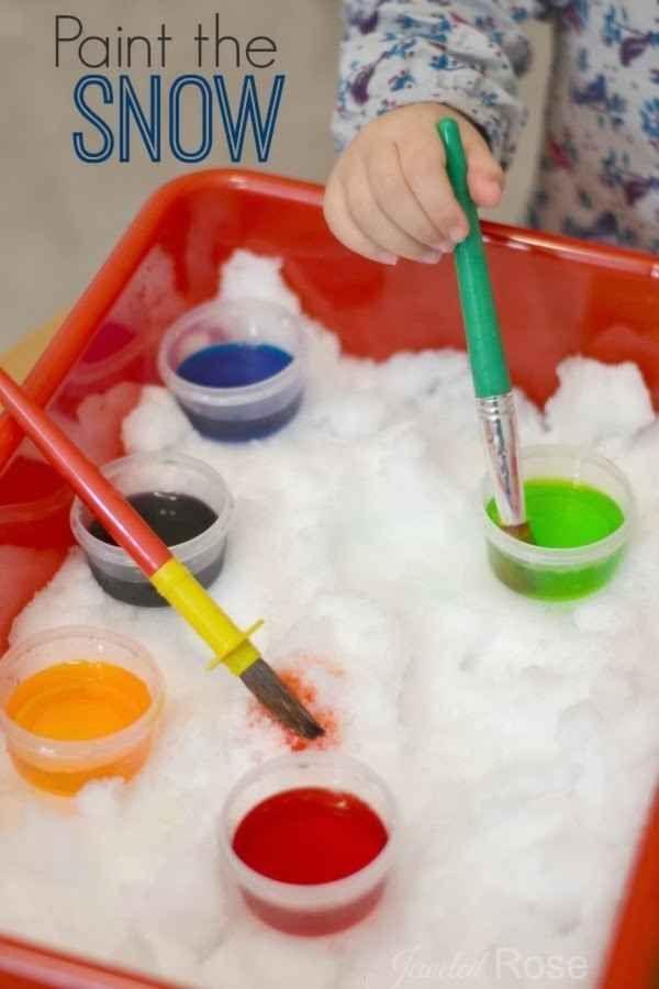 Je laat de kindjes met penselen sneeuw schilderen. Met verschillende soorten penselen en kleuren.